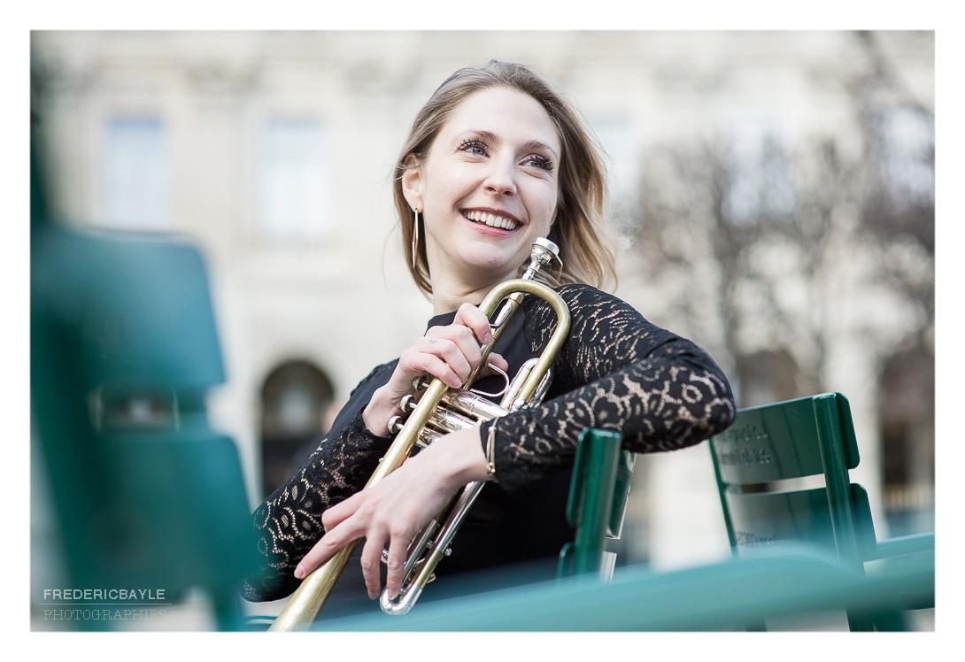 jardins du palais royal à Paris et artiste trompettiste sur un banc