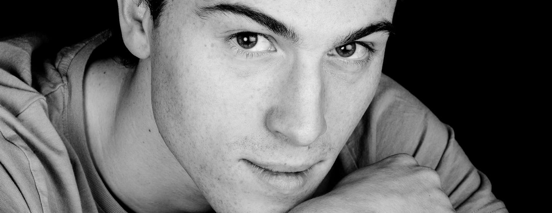 mon activité de photographe portrait, jeune homme en noir et blanc