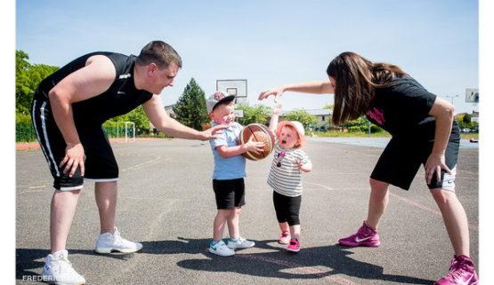 reportage en famille sur un terrain de baskett