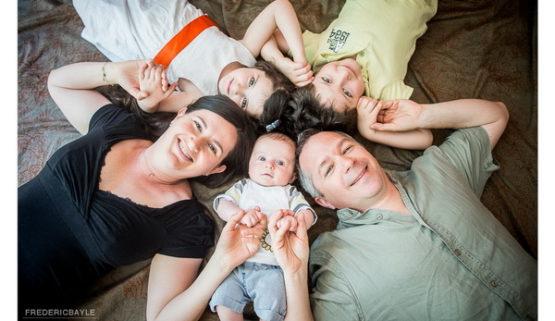 Photos de famille, plan large avec toute la famille