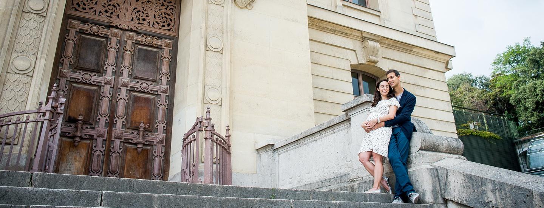 photos de grossesse en extérieur, futurs parents enlacés