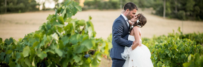 photos de couple dans les vignes durant un mariage
