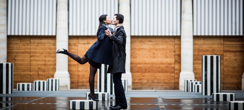 photo de couple aux jardins du Palais Royal avec les Colonnes de Buren