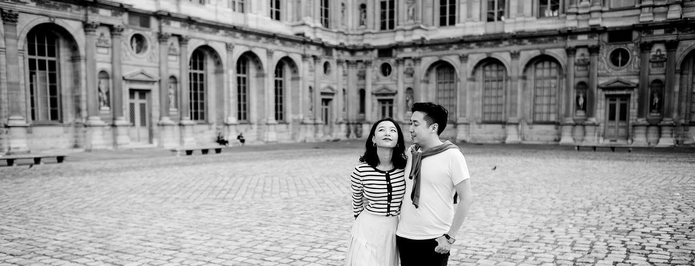 couple engagement mariage dans la cour carré du musée du louvres