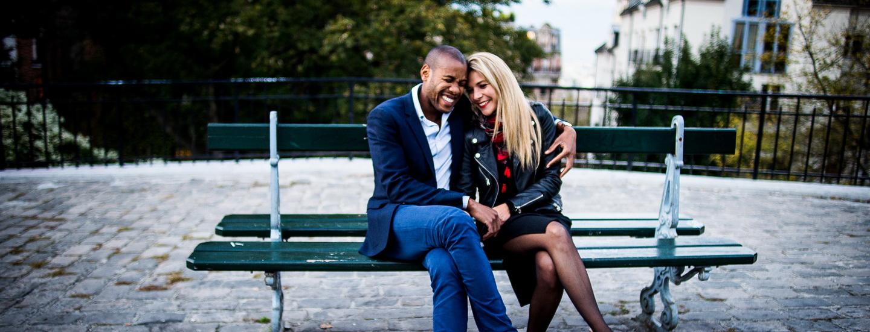 couple d'américains à Paris, Montmartre, sous le Sacré Coeur