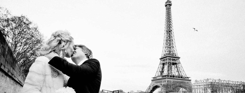 baisers d'amoureux avec la Tour Eiffel en arrière plan