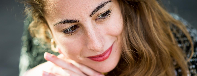 portrait d'une artiste comédienne, gros plan sur son visage avec un beau rouge à lèvres