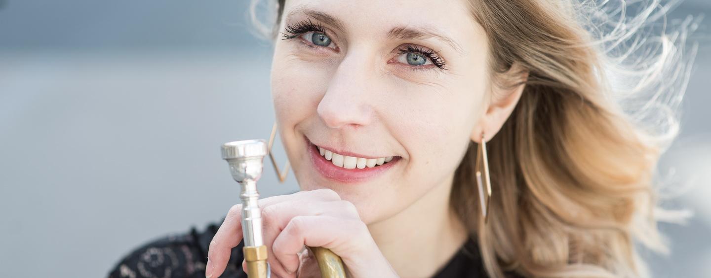 photographe à Paris, portrait d'une artiste musicienne flutiste dans les jardins du Palais Royal