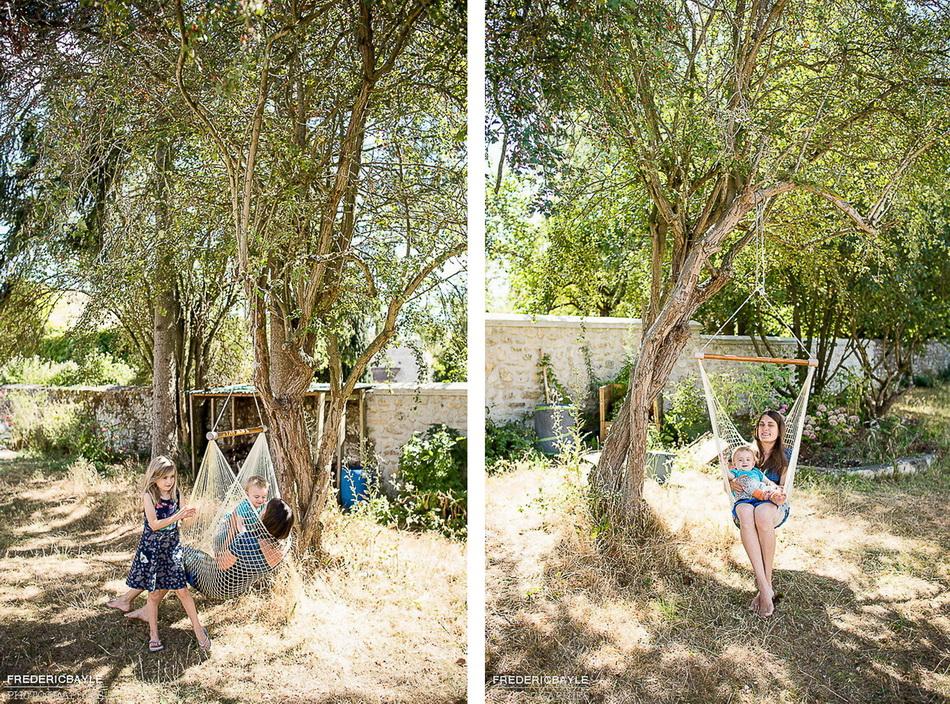maman jouant avec ses enfants dans le jardin pendant le reportage famille