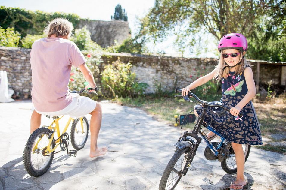 la famille au grand complet qui fait du vélo