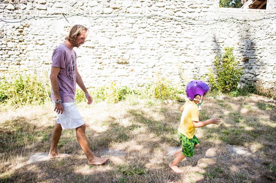 image marrante de papa et son fils en train de marcher