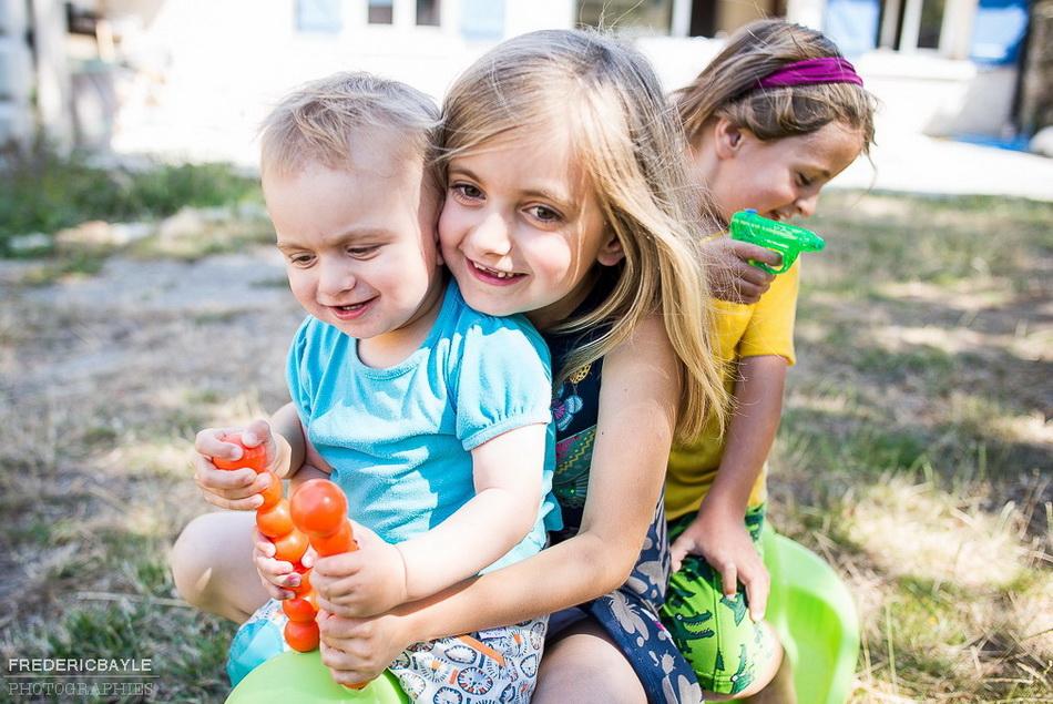 gros plan des enfants s'amusant dans le jardin de la maison de campagne