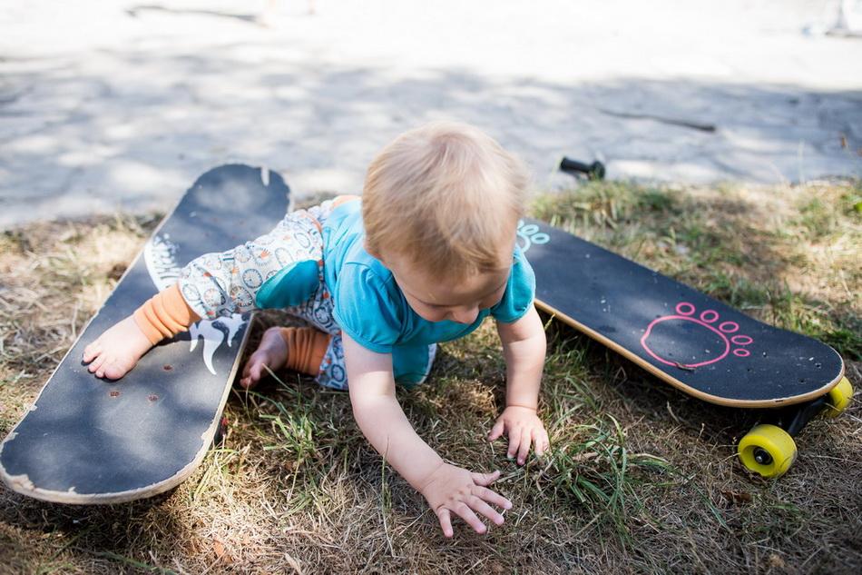 enfant s'amusant avec un skate dans le jardin