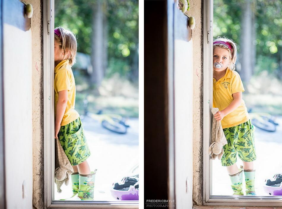 l'un des enfants sur le pas de la porte de la maison durant le reportage famille