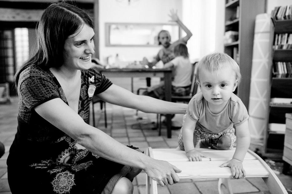 maman avec le tout petit, photo en noir et blanc de mon reportage