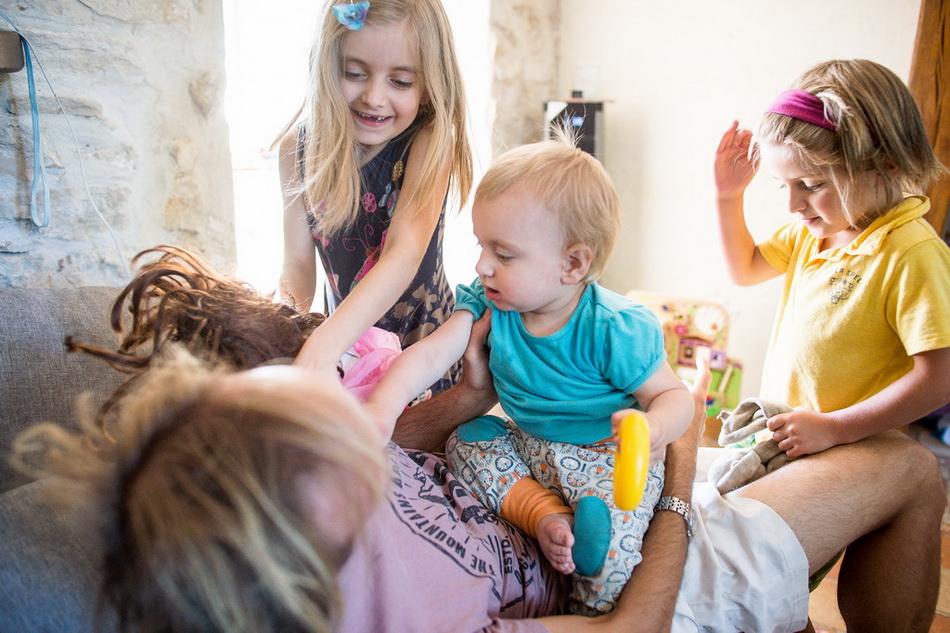 papa en train de jouer avec les enfants, une belle image de mon reportage famille campagne