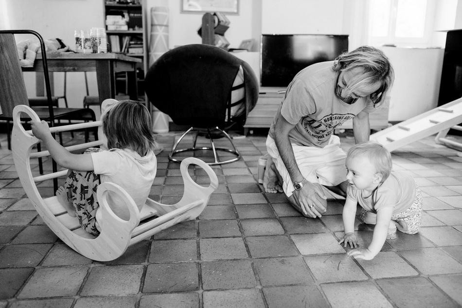 moment de jeu en famille dans la maison de campagne