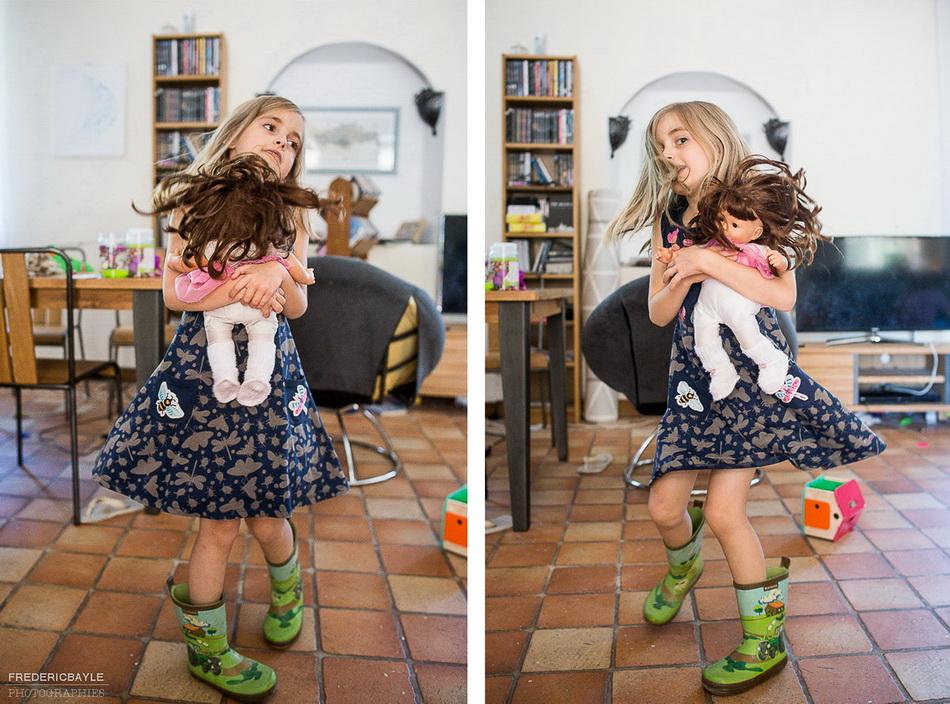petite fille en train de danser dans le salon avec ses bottes de campagne