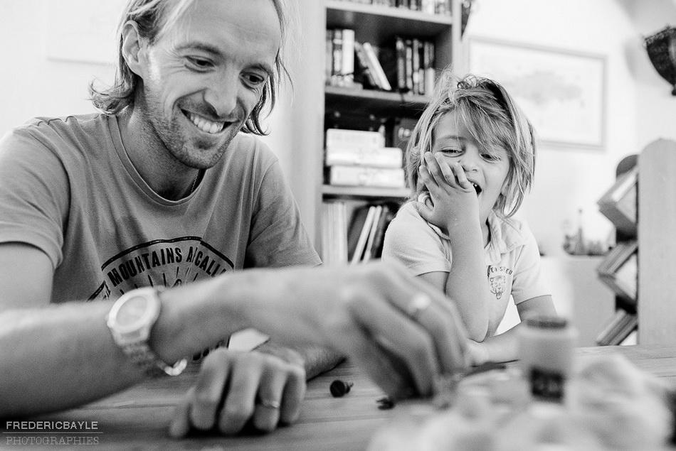 scène de jeu en famille, photo en noir et blanc
