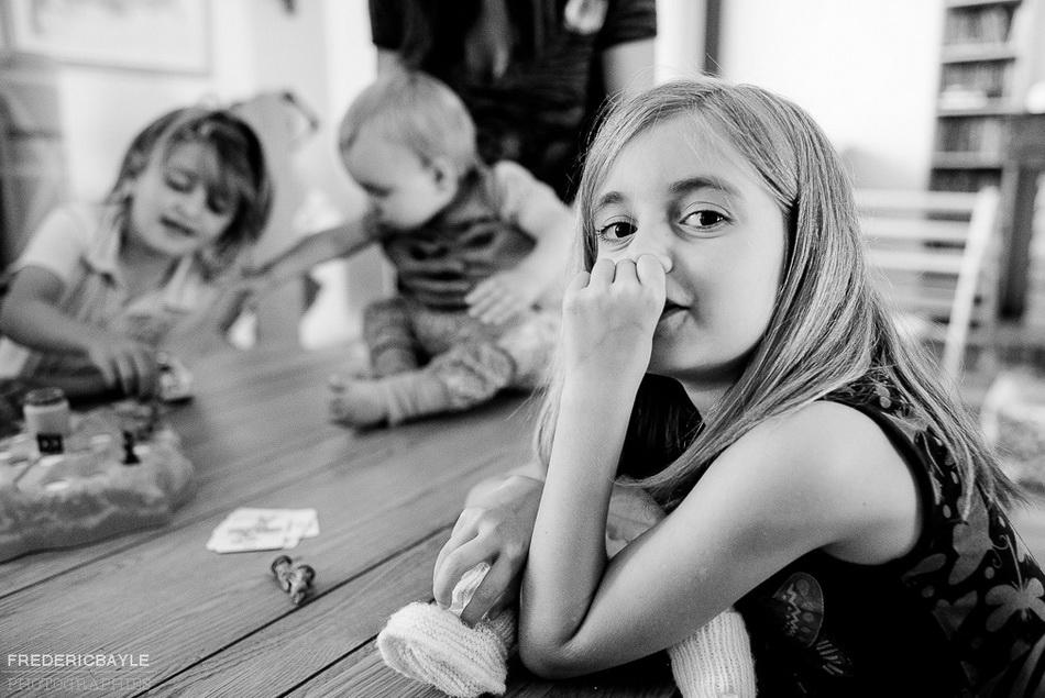 scène de vie de famille à la campagne, les enfants jouant et petite fille suçant son pouce