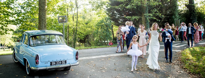 cortège de mariage avec voiture ancienne et fanfare, en mode reportage