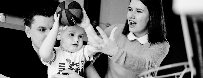 enfants marquant un panier de basket durant un reportage famille en noir et blanc