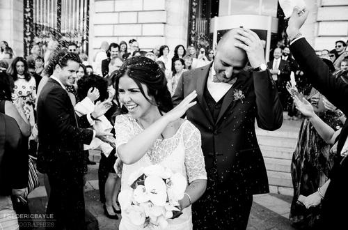 tarifs mariage, sortie de la mairie des mariés avec leurs amis