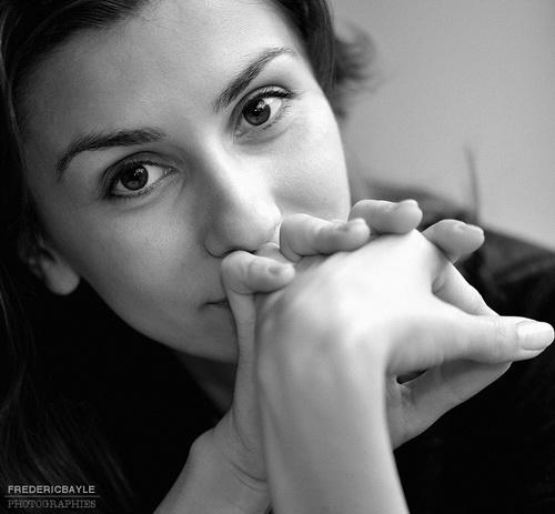 portrait de jeune femme en noir et blanc
