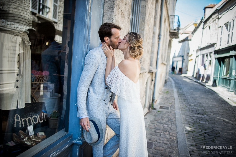 photo de couple dans les rues de Senlis, dans l'Oise