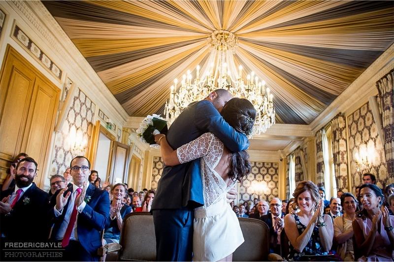 fin de la cérémonie civile, le baiser des mariés