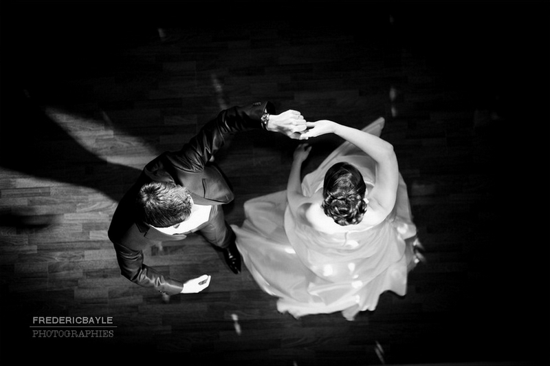 ouverture du bal par les mariés, photo en plongée de la première danse