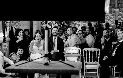 photo naturelle d'une soirée de mariage durant la réception.