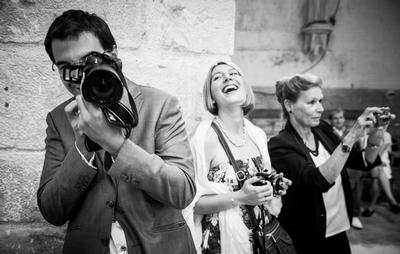 prise de vue spontanée du photographe lors d'un mariage