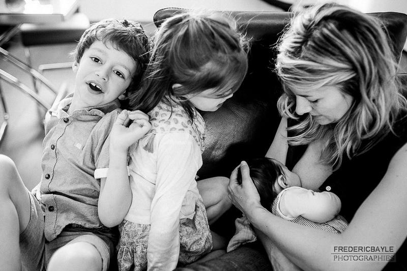 tété de bébé en famille