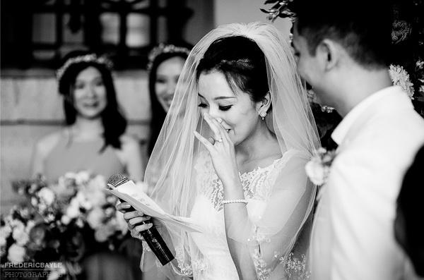 image authentique, la mariée verse une larme