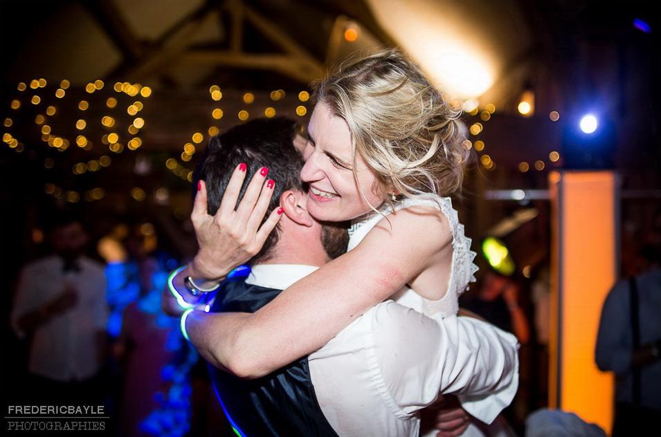 la mariée saute dans les bras de son marie, belle image authentique
