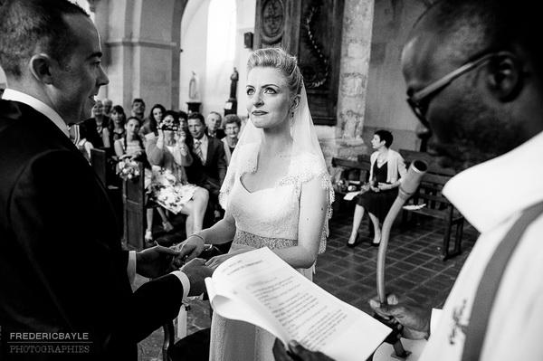 la mariée très émue à l'église lors de la cérémonie religieuse, une photographie vraiment authentique