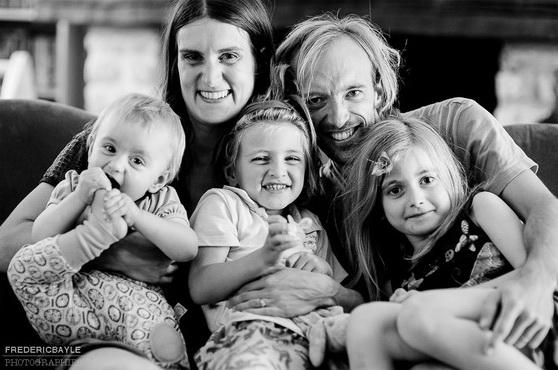 photos de famille s'amusant tous ensemble