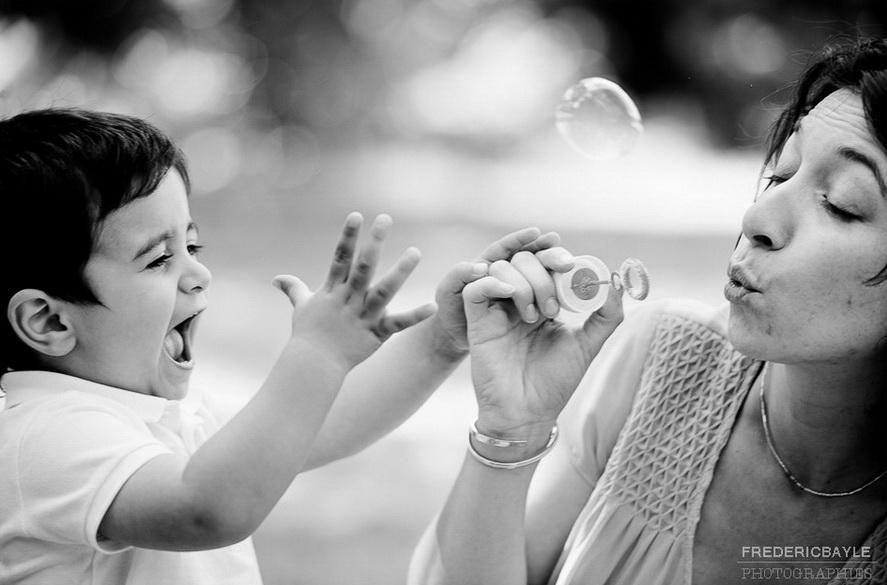 photos de famille à Vincennes, maman et son fils faisant des bulles