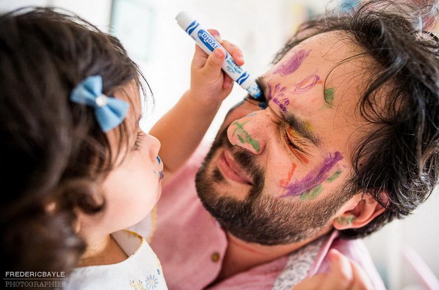 en famille, un dimanche, papa se fait gribouiller sur le visage