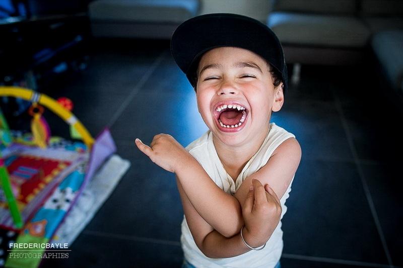 jeune garçon faisant le fou pendant des photos de famille