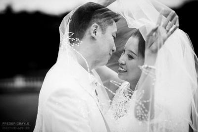 baiser des mariés durant mon reportage de mariage au Château Bouffémont dans l'Oise