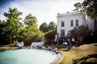 les invités du mariage les pieds dans l'eau de la piscine de la maison blanche d'Etienne Brunel
