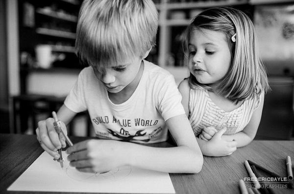 petite fille avec son frère pendant un reportage famille