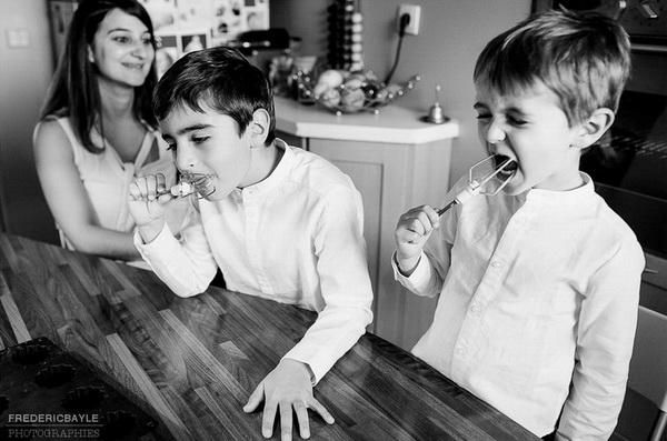 préparation d'un gateau en famille