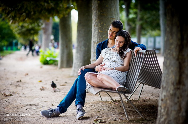 couple sur un banc à Paris pendant la grossesse de madame