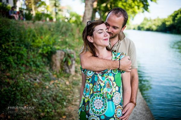 femme enceinte enlacée par son mari