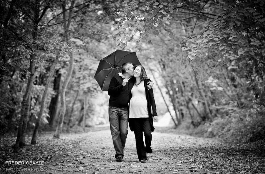 promenade durant la grossesse, couple en noir et blanc