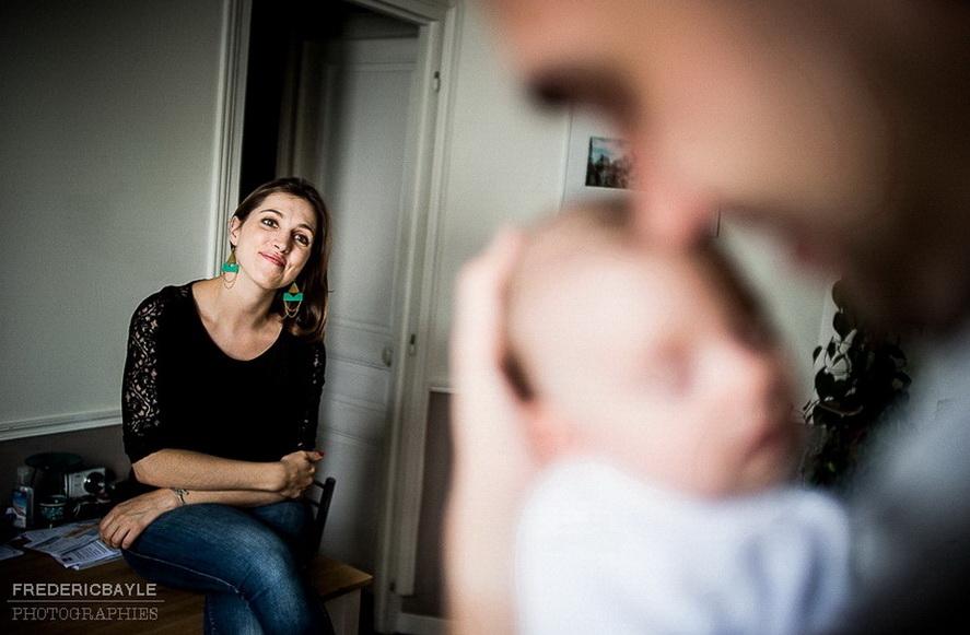 une maman regardant le papa avec son bébé