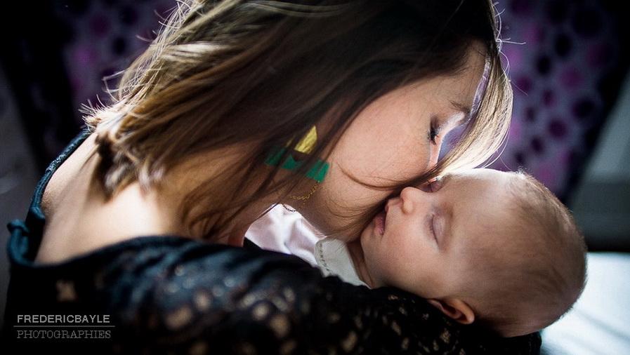 maman qui fait un calin à son bébé